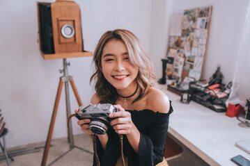 Uśmiechnięta kobieta z aparatem