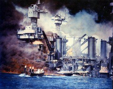 USS West Virginia płonie po japońskim ataku na Pearl Harbor (7 grudnia 1941 r.)
