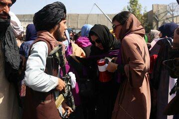 Uzbrojeni talibowie zatrzymują demonstrację kobiet w Kabulu