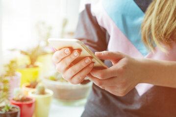 Użytkowniczka telefonu, zdjęcie ilustracyjne