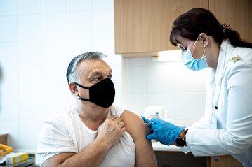 Viktor Orban podczas szczepienia