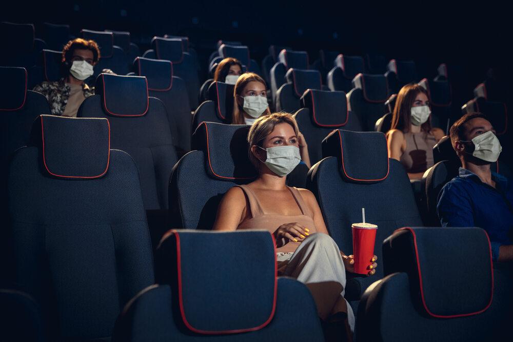 W pandemii chodzenie do kina wymaga zachowania dystansu