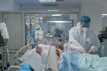 W szpitalach jest coraz więcej osób młodych z COVID-19 w ciężkim stanie – alarmują lekarze