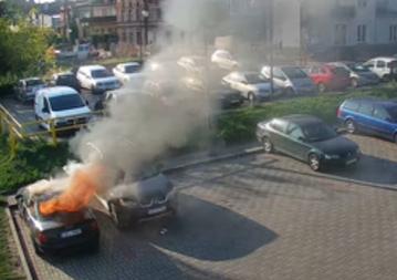 W Tczewie spłonęły dwa auta, szkody na 20 tys. Wszystko przez 4- i 9-latka, którzy podpalili maseczkę