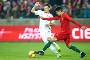 W walce o piłkę Dawid Kownacki i Diogo Leite