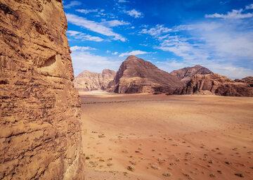 Wadi Rum, widok ze skał nad Ruinami domu Lawrence'a z Arabii