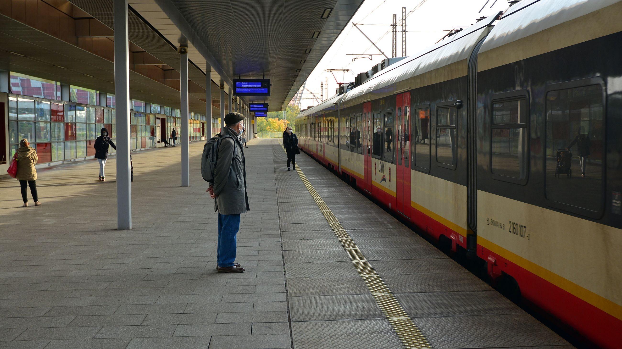 Warszawa. Stacja kolejowa w trakcie pandemii koronawirusa