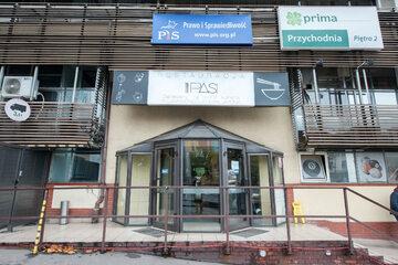 Wejście do siedziby PiS przy ulicy Nowogrodzkiej
