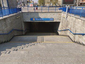 Wejście do stacji metra Wierzbno