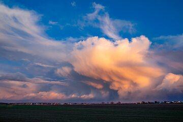 Wiatr, chmury (zdj. ilustracyjne)