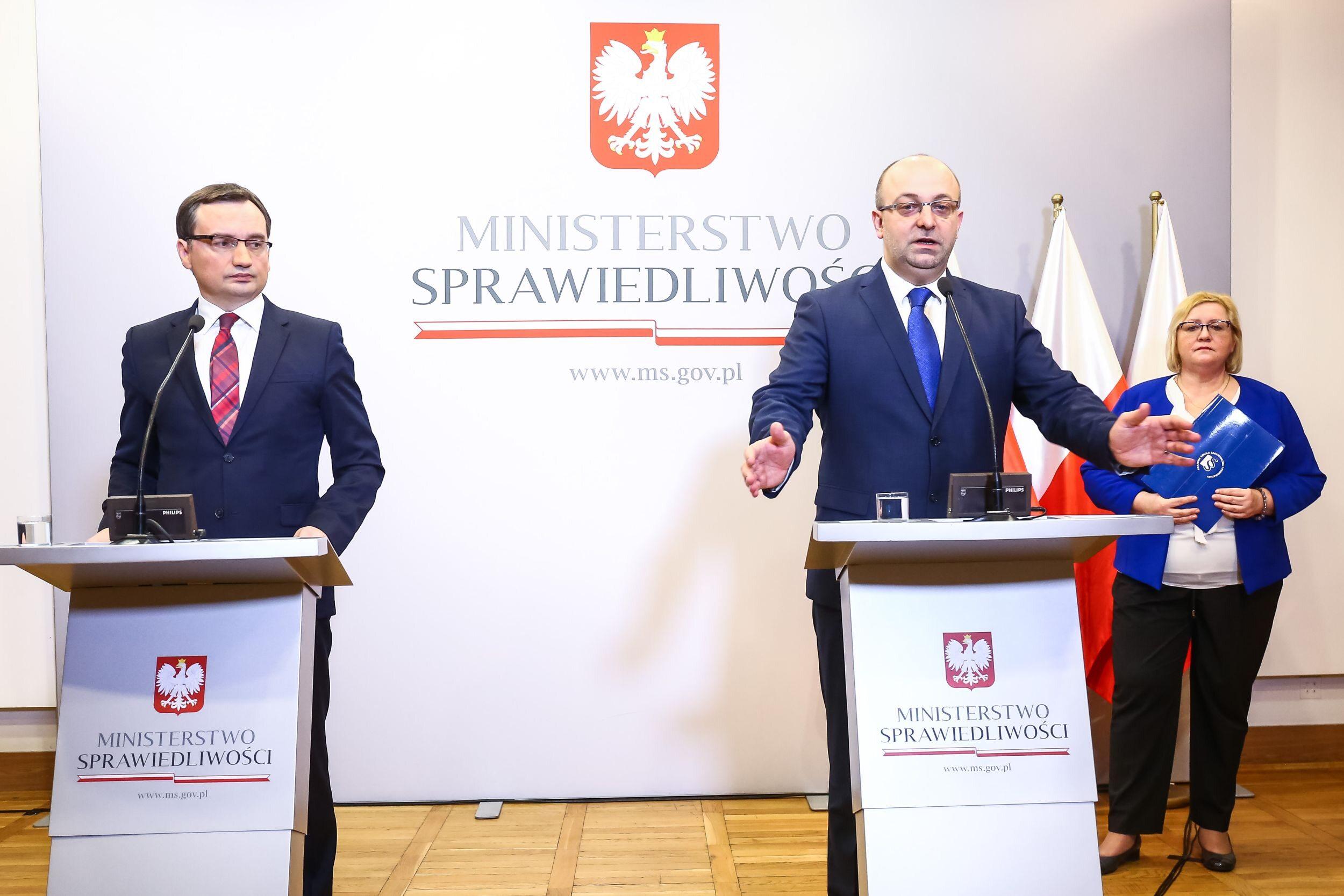 Wiceminister Łukasz Piebiak na konferencji prasowej z ministrem Zbigniewem Ziobro