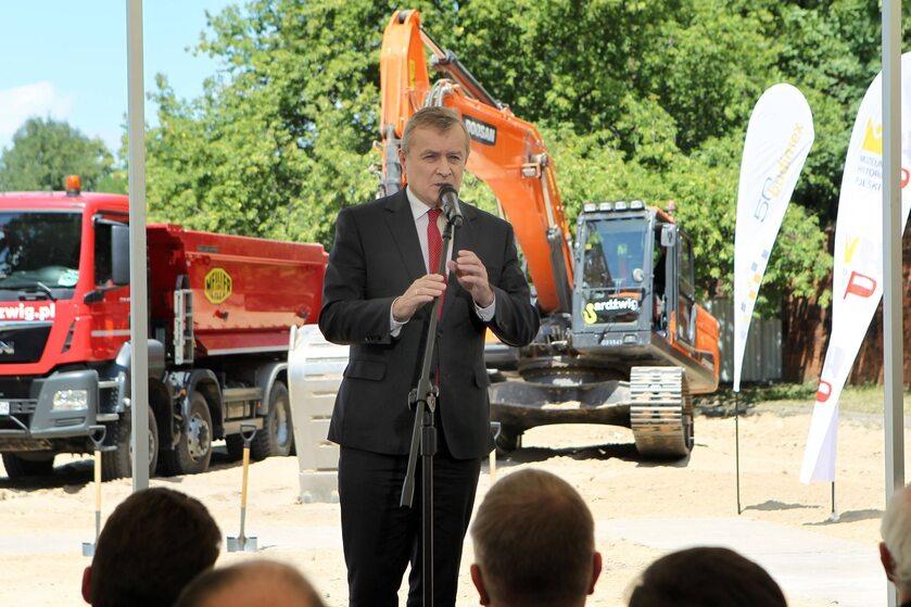 Wicepremier Piotr Gliński podczas wmurowania kamienia węgielnego Muzeum Historii Polski