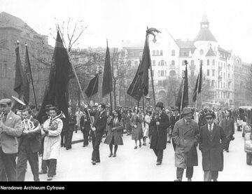 Wiec Polskiej Partii Socjalistycznej w Warszawie podczas obchodów święta 1 Maja (1 V 1931 r.). Pochód ze sztandarami i orkiestrą na placu Napoleona
