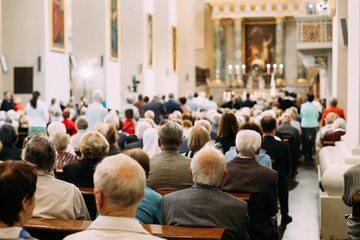 Wierni podczas mszy, zdjęcie ilustracyjne