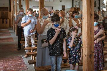 Wierni w kościele w trakcie pandemii koronawirusa, zdj. ilustracyjne