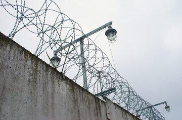 Więzienie, mury, zdj. ilustracyjne