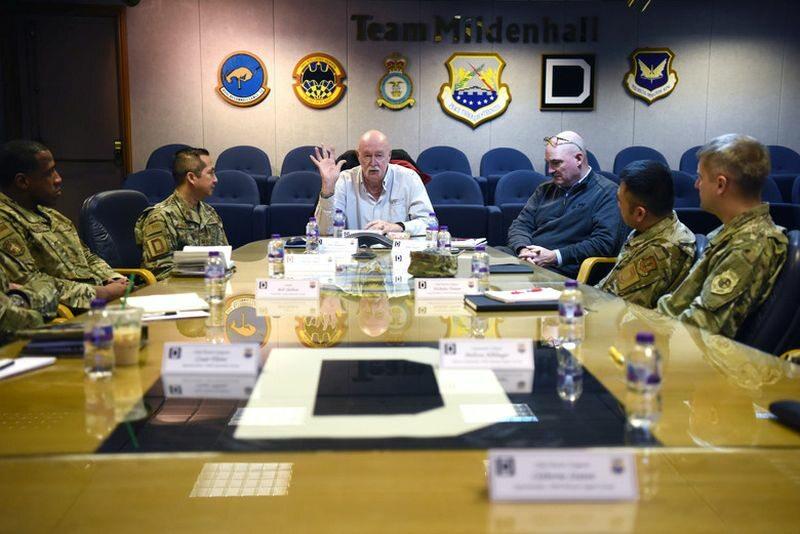 """William """"Doc"""" Schmits (w środku, w białej koszuli) podczas zebrania VFW"""
