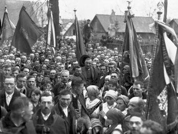 Wincenty Witos w 1933 roku w Wierzchosławicach w otoczeniu chłopów