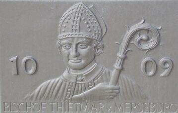 Wizerunek Thietmara z Merseburga – tablica na fontannie naprzeciwko kościoła św. Stefana w Tangermünde
