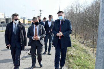 Wizyta na terenie przyszłej inwestycji (od lewej w pierwszym rzędzie: Krzysztof Witoń, Tomasz Nasiłowski, Krzysztof Paśnik)
