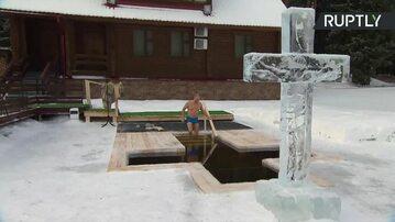 Władimir Putin przed krzyżem wyrzeźbionym z lodu