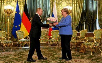 Władimir Putin witający Angelę Merkel na Kremlu