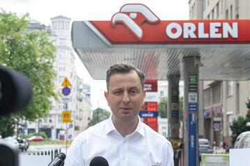 Władysław Kosiniak-Kamysz na konferencji przed stacją Orlenu