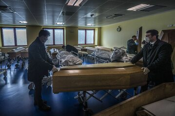Włochy. Sala do ćwiczeń w szpitalu w Bergamo przemieniona w kostnicę