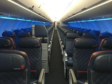 Wnętrze samolotu linii Delta Air Lines (zdj. ilustracyjne)