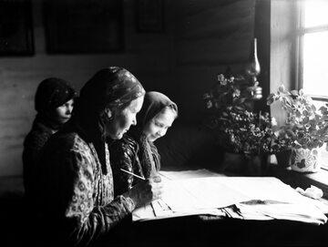 Wypełnianie arkuszy spisowych przez kobiety wiejskie z Bronowic k. Krakowa w 1931 roku