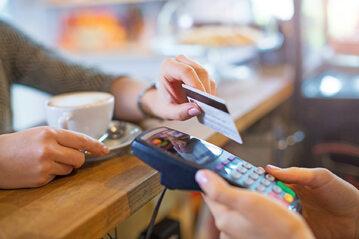 Z kart płatniczych i innych instrumentów płatniczych aktywnie korzysta trzy czwarte Polaków