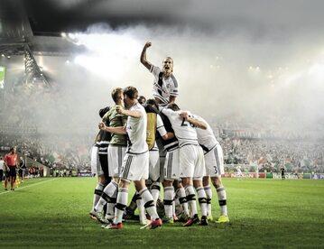 Za awans do Ligi Mistrzów Legia zgarnie premię w wysokości połowy budżetu Lecha Poznań