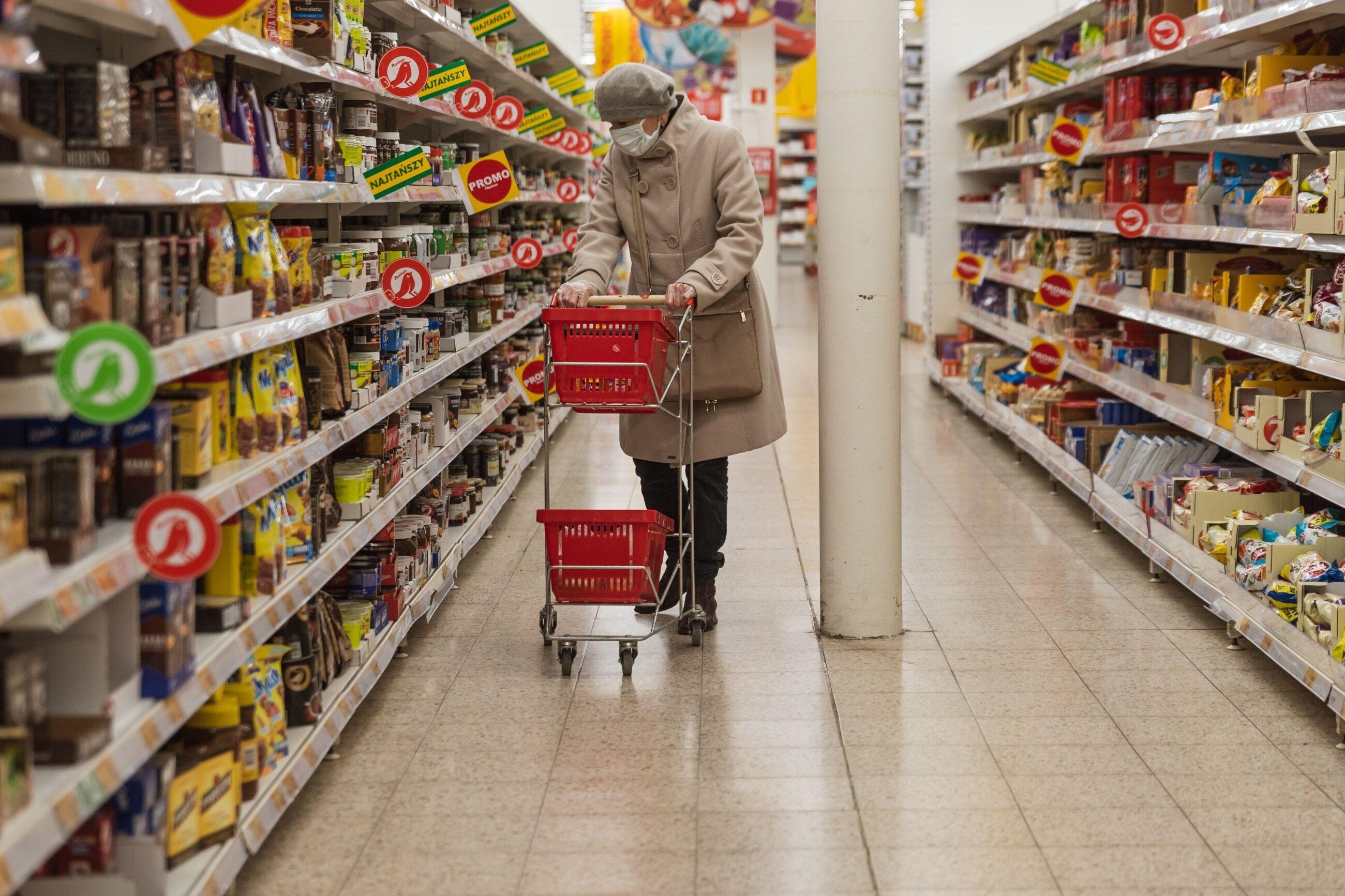 Zakupy, kobieta w maseczce w sklepie