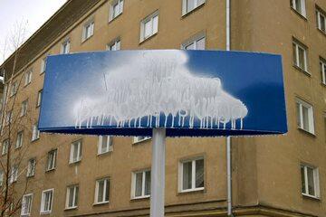 Zamalowana tablica na skwerze Bartoszewskiego