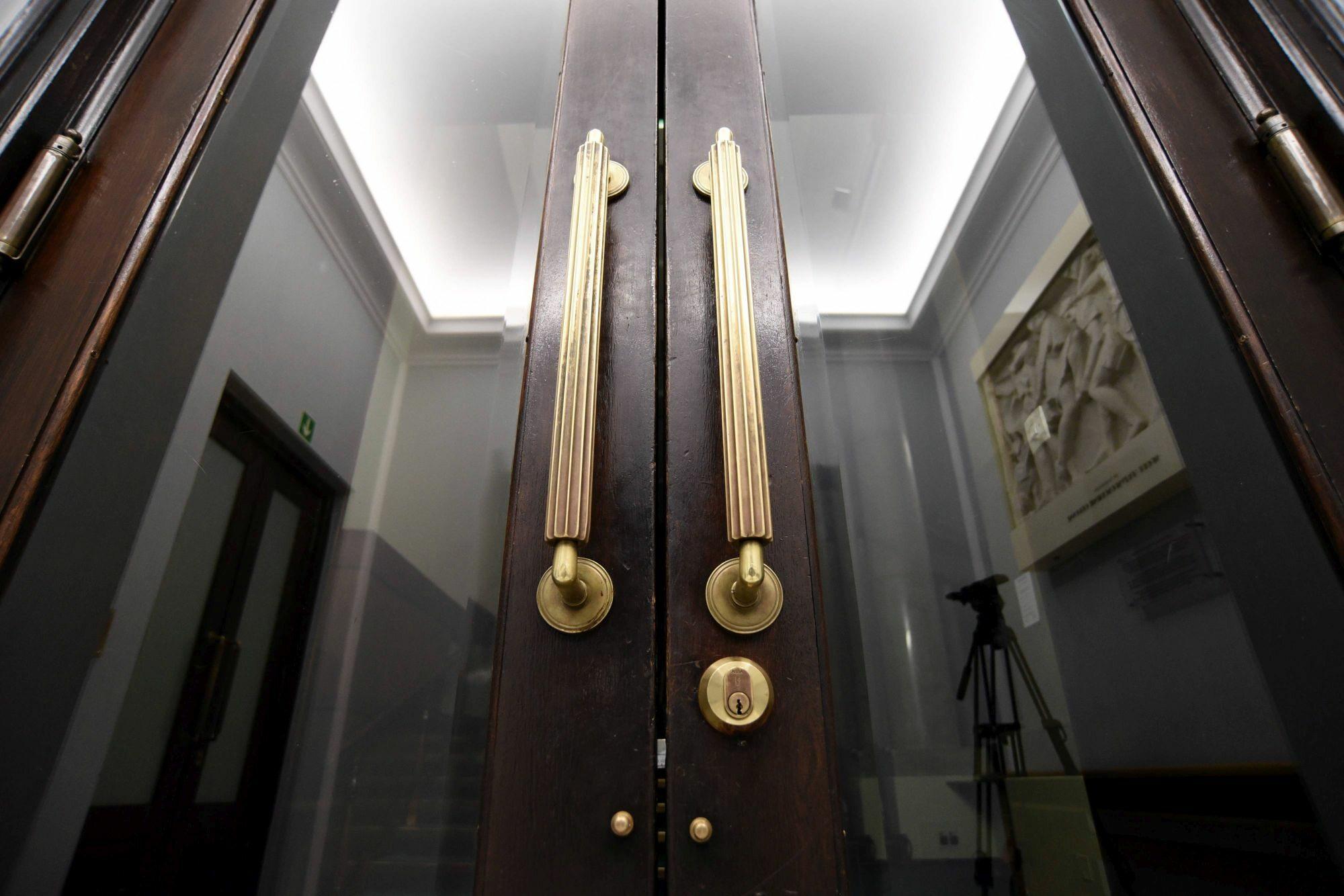 Zamknięte drzwi na galerię w Sejmie