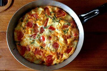 Zapiekany omlet z chorizo i kozim serem