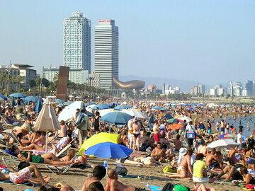 Zatłoczona plaża w Barcelonie (zdjęcie ilustracyjne, sprzed kilkunastu lat)