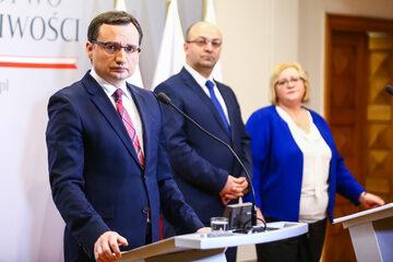 Zbigniew Ziobro, z tyłu Łukasz Piebiak