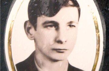 Zbyszek Godlewski na fotografii umieszczonej na nagrobku