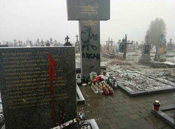Zdewastowany krzyż i pomniki we wsi Podkamień
