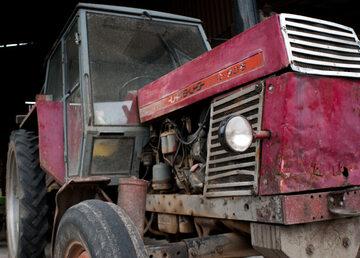 Zdezelowany traktor (zdj. ilustracyjne)