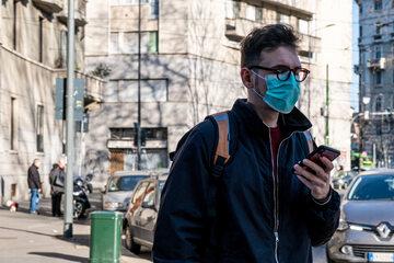 Zdjęcie ulicy w Mediolanie po wybuchu epidemii koronawirusa