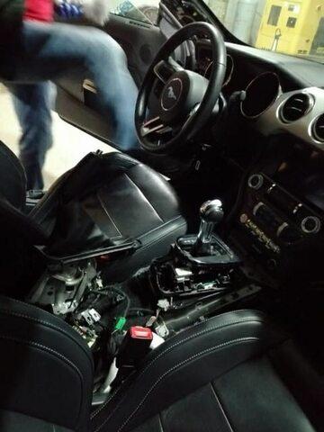 Zdjęcie wnętrza Mustanga zamieszczone przez policję