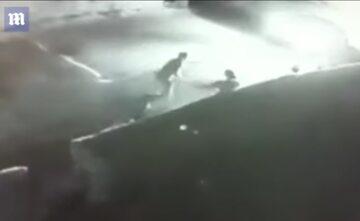 Zdjęcie z miejskiego monitoringu pokazujące moment bójki