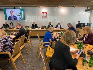 Zdjęcie z posiedzenia połączonych komisji finansów publicznych i spraw zagranicznych