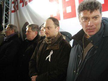 Zdjęcie z roku 2012, pośrodku Władimir Kara-Murza (z białą wstążką), po prawej nieżyjący Borys Niemcow