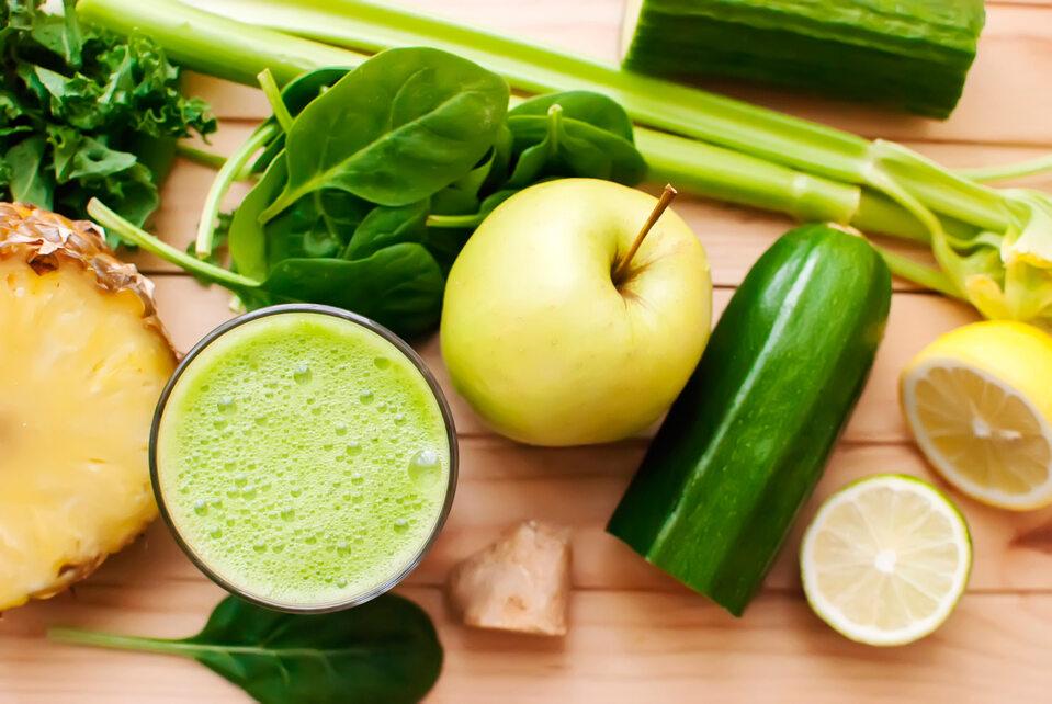 Zielony koktajl z warzyw i owoców