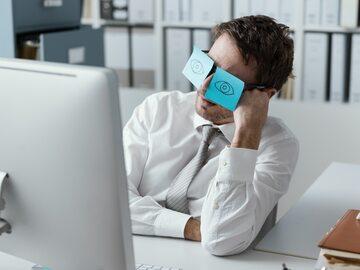 Zmęczony pracownik, zdjęcie ilustracyjne