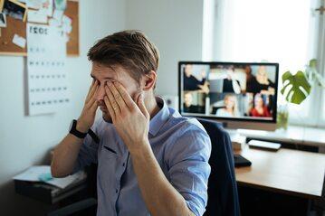 Zmęczony pracownik - zdjęcie ilustracyjne