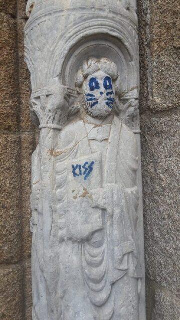 Zniszczona rzeźba w Santiago de Compostela
